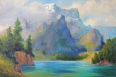 Pragser Wildsee mit wolkenverhangenen Felswänden